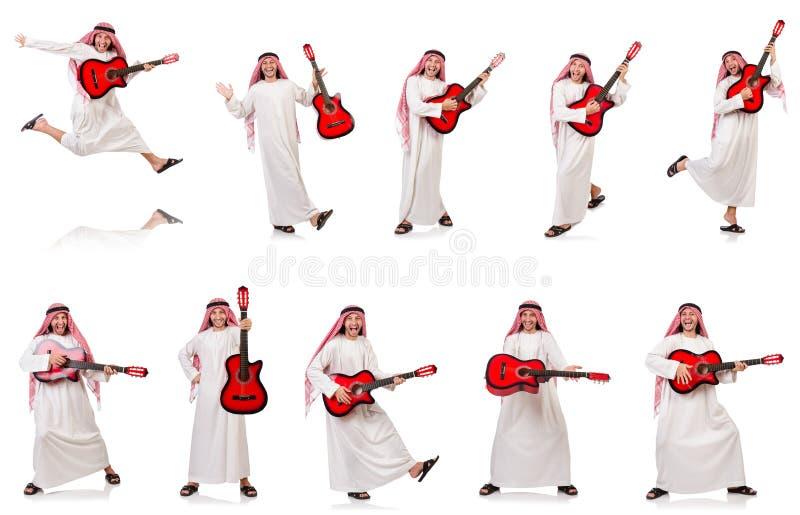 O homem árabe que joga a guitarra isolada no branco fotos de stock royalty free