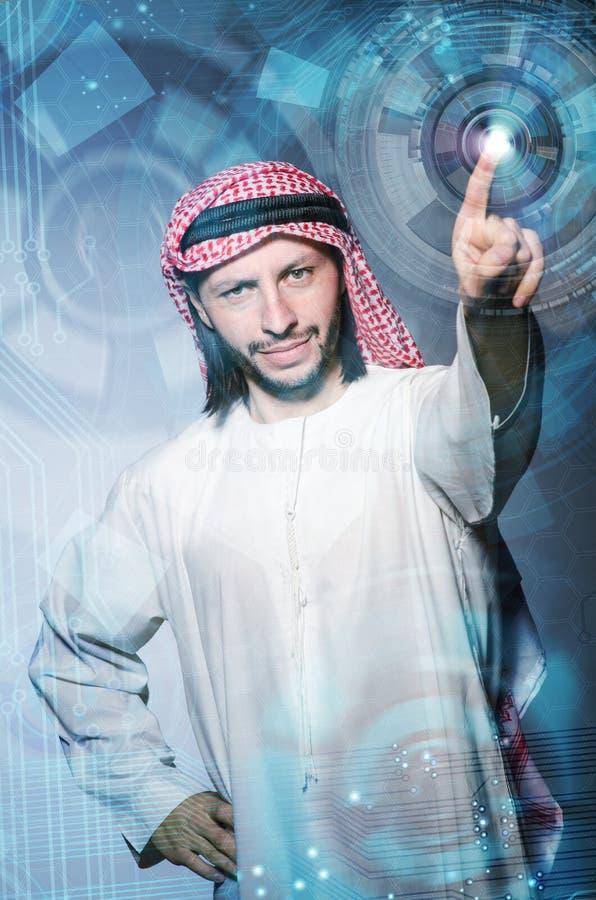 O homem árabe que pressiona botões virtuais no conceito futurista imagens de stock royalty free