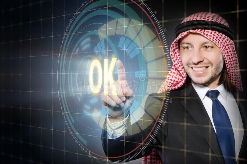 O homem árabe que pressiona o botão aprovado fotos de stock