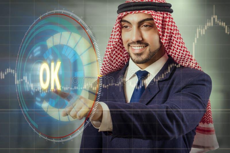 O homem árabe que pressiona o botão aprovado foto de stock royalty free