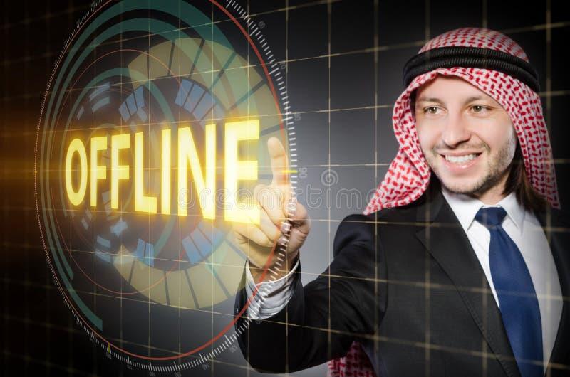 O homem árabe que pressiona o botão autônomo fotos de stock royalty free