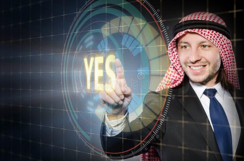 O homem árabe que pressiona sim o botão imagens de stock