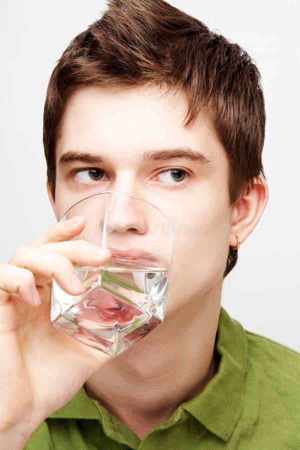 O homem é água bebendo fotografia de stock