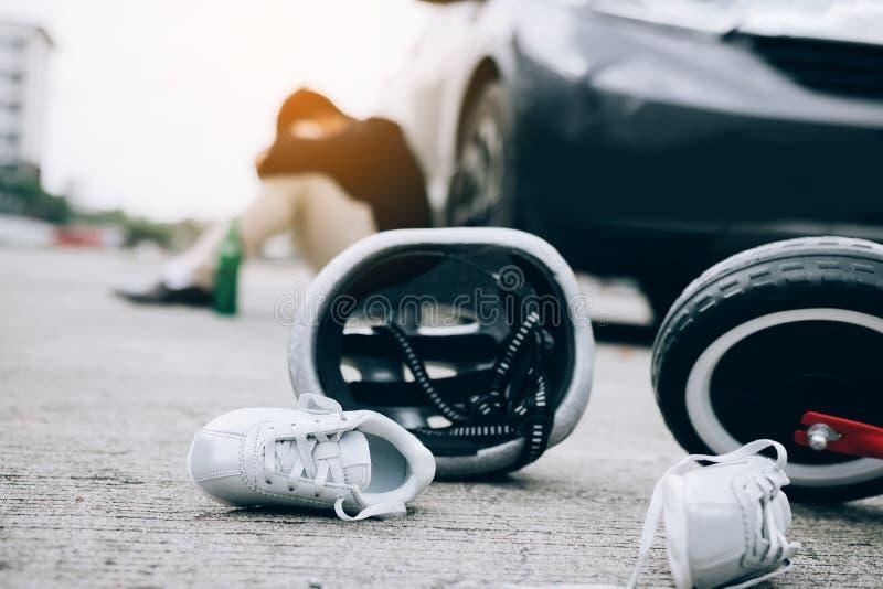 O homem é forçado ao ser bebido com condução do impacto que um acidente da bicicleta da criança ocorre imagens de stock