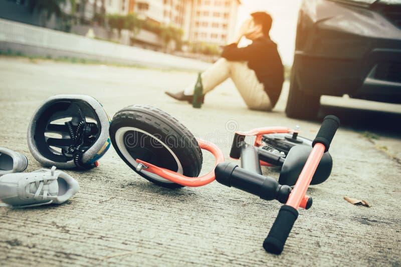 O homem é forçado ao ser bebido com condução do impacto que um acidente da bicicleta da criança ocorre imagem de stock royalty free