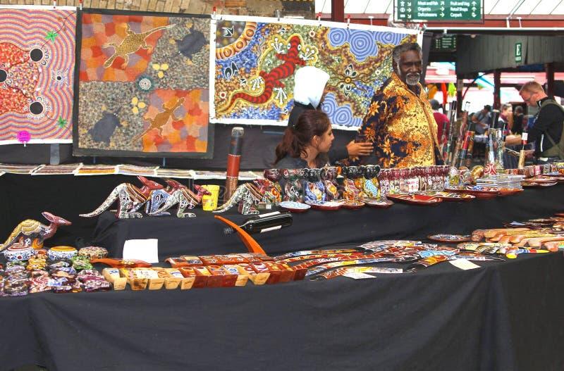 O homem aborígene está vendendo a arte aborígene no mercado da rainha Victoria em Melbourne imagem de stock royalty free