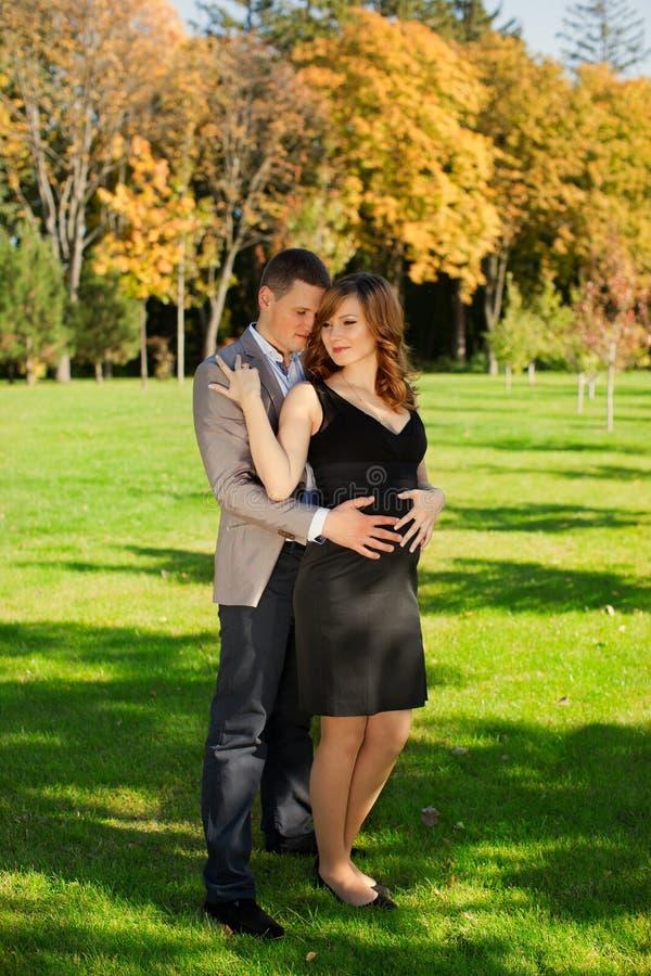 O homem abraçou maciamente a mulher gravida fotografia de stock royalty free