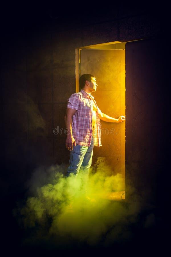 O homem abre a porta foto de stock