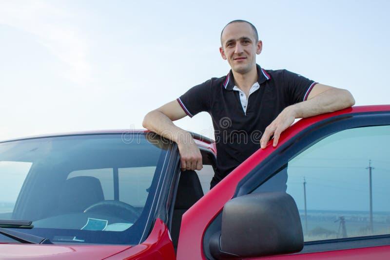 O homem abriu a porta de carro imagem de stock royalty free