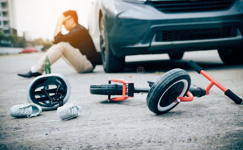O homem ? for?ado ao ser bebido com condu??o do impacto que um acidente da bicicleta da crian?a ocorre imagens de stock