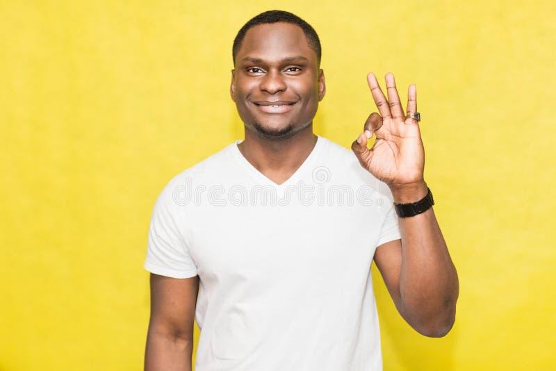 O homem afro-americano consider?vel mostra o sinal da aprova??o Conceito da linguagem corporal imagem de stock royalty free
