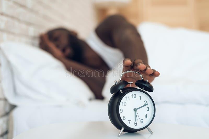 O homem afro-americano não quer acordar foto de stock