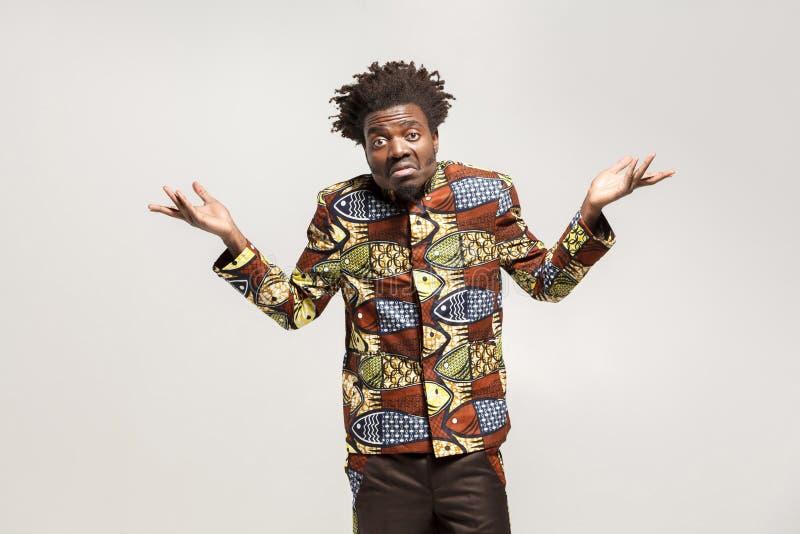 O homem afro confuso confundiu e diz don o ` t sabe, talvez fotos de stock royalty free