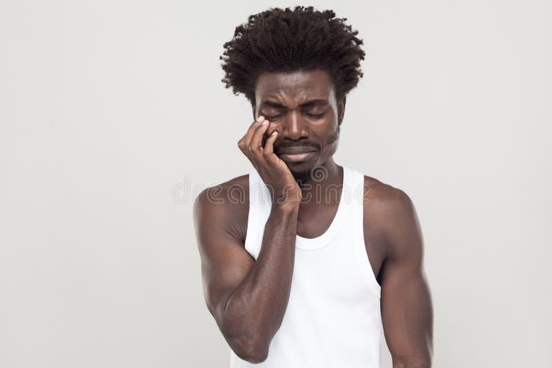O homem afro infeliz com bigode do souvarov, grito e tem a depressão imagem de stock royalty free