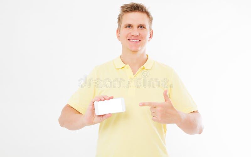 O homem agradável no t-shirt e com dentes brancos guarda o dispositivo e a mão apontou imagens de stock royalty free