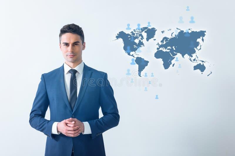 O homem agradável no terno está expressando a positividade imagem de stock