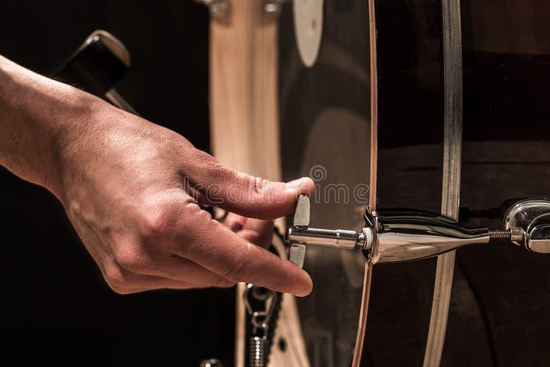 O homem ajusta instrumentos de percussão, conceito criativo da música foto de stock royalty free