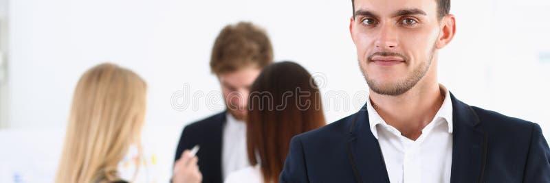 O homem alegre considerável de sorriso oferece a mão como olá! imagens de stock