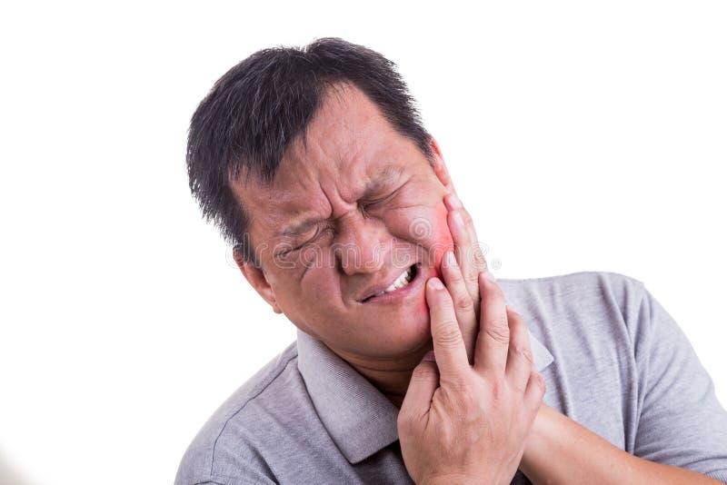 O homem amadurecido que sofre a dor intensa da dor de dente com cede o fac foto de stock