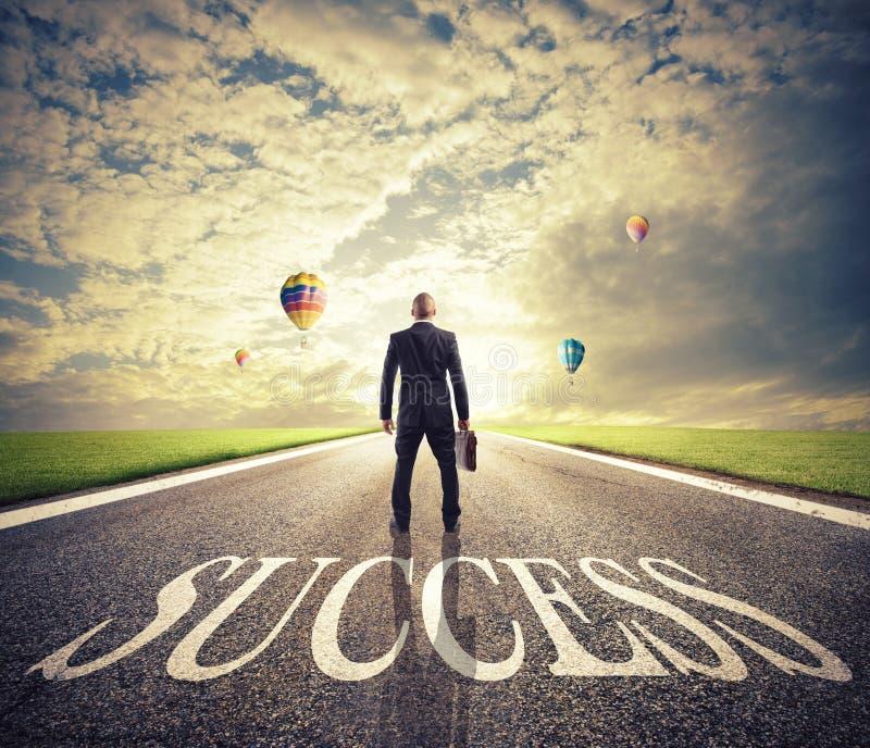 O homem anda em uma maneira do sucesso Conceito da partida bem sucedida do homem de negócios e da empresa foto de stock royalty free