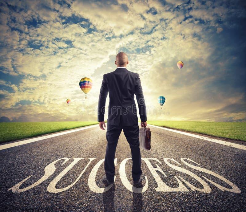O homem anda em uma maneira do sucesso Conceito da partida bem sucedida do homem de negócios e da empresa fotos de stock royalty free