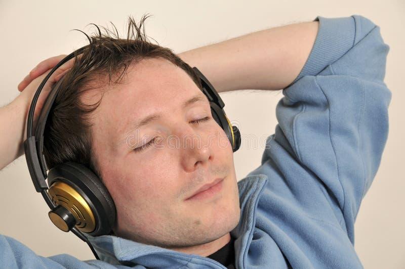 O homem aprecia a música fotografia de stock