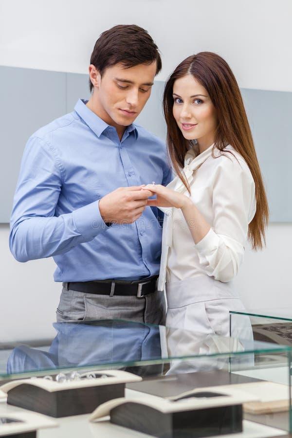 O homem apresenta o anel de noivado a sua mulher imagens de stock royalty free