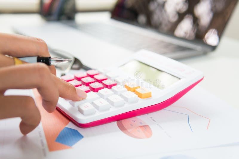 O homem ascendente fechado calcula sobre o relatório da finança no escritório imagem de stock