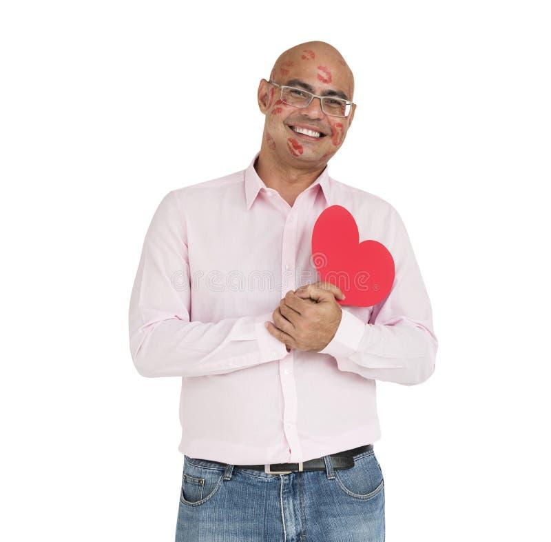 O homem asiático beija completamente o coração fotos de stock