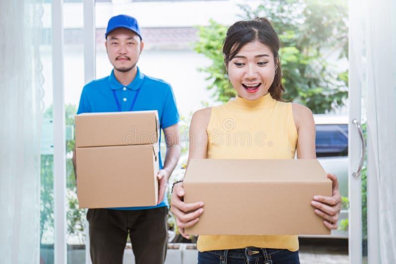 O homem asiático da mulher e do asiático leva caixas imagens de stock