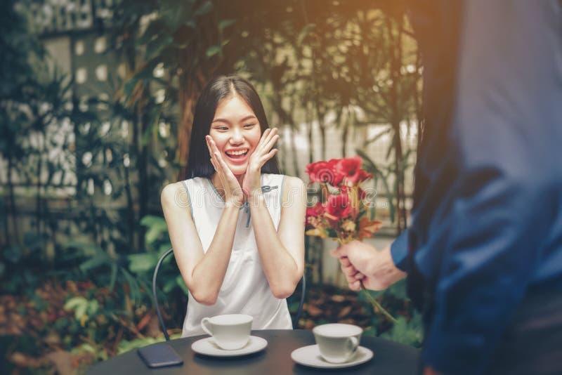 O homem asiático e os pares fêmeas estão simbolizando a mão com coração-sh fotos de stock