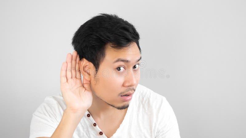 O homem asiático escuta algo com cuidado fotos de stock royalty free
