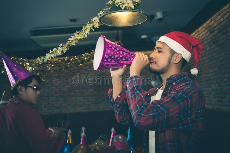 O homem asiático está divertimento e muito bêbado na festa de Natal o conceito do partido do Xmas e o ano novo party fotos de stock royalty free