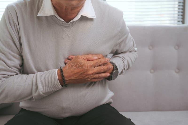O homem asiático idoso tem um cardíaco de ataque repentino imagem de stock