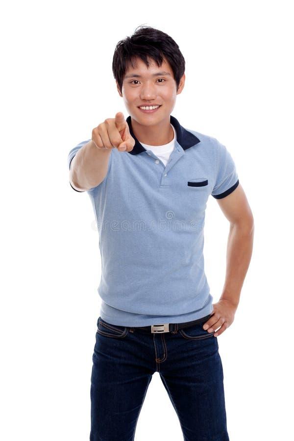 O homem asiático indica algo. fotos de stock royalty free