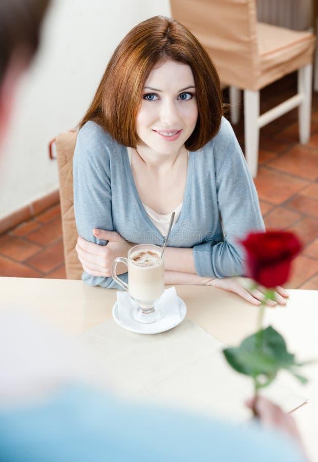 O homem atrativo apresenta uma rosa vermelha a sua amiga fotos de stock royalty free