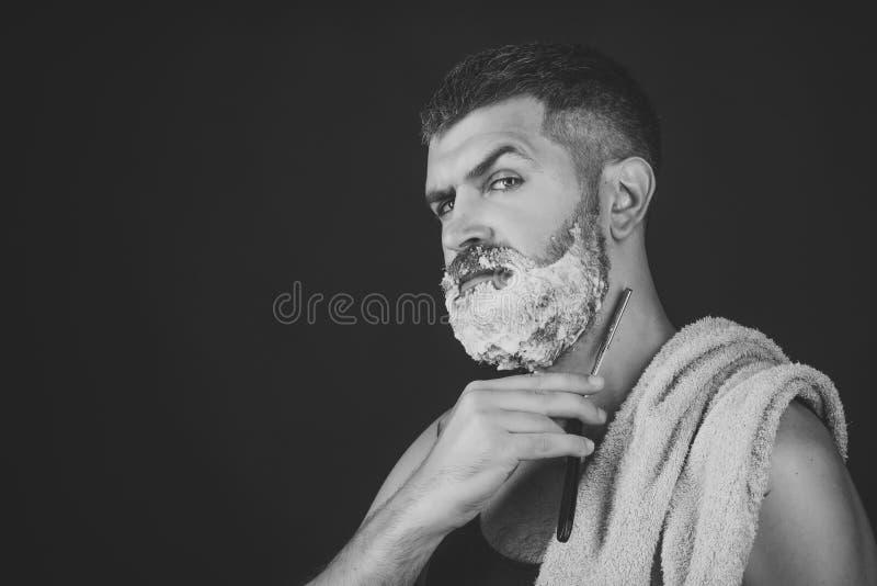 O homem barbeia sua barba O homem cortou a barba e o bigode com lâmina e escova de rapagem fotografia de stock royalty free