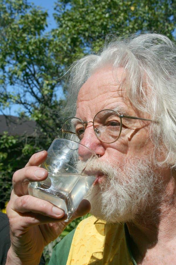 O homem bebe uma limonada imagem de stock