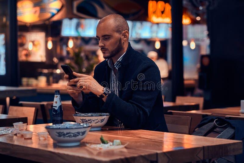 O homem bem sucedido sério está conversando pelo telefone celular fotos de stock