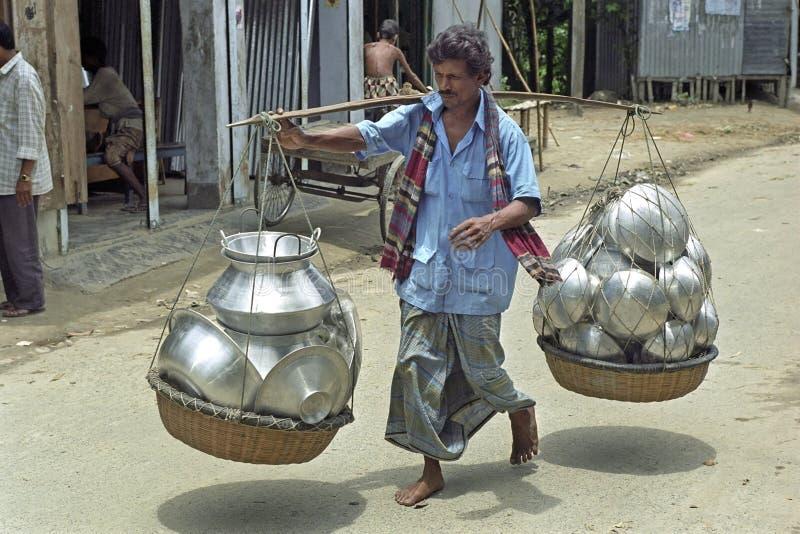 O homem bengali anda para arrastar sua mercadoria fotos de stock