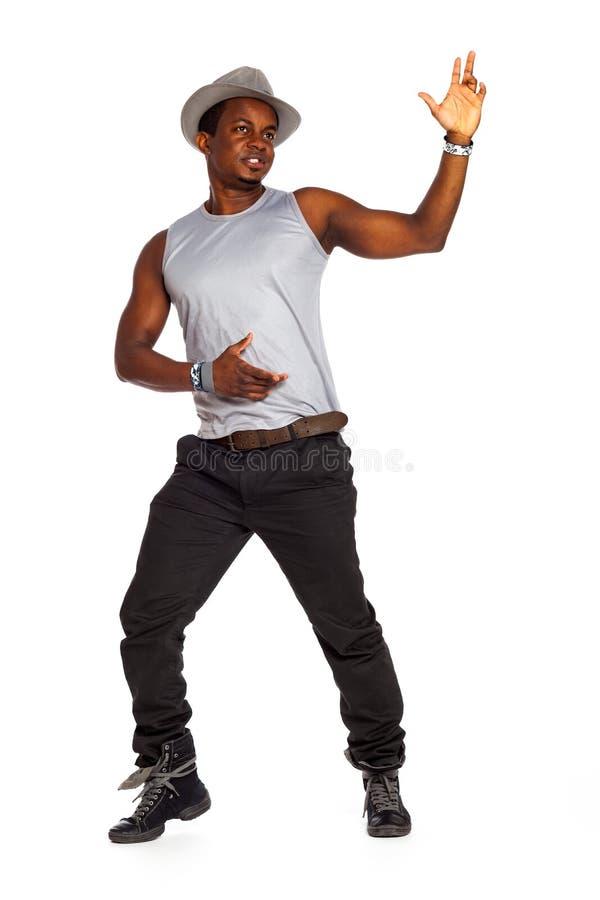 O homem brasileiro é de levantamento e de dança em panos frescos foto de stock