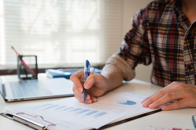 O homem calcula sobre o relatório da finança no escritório fotografia de stock