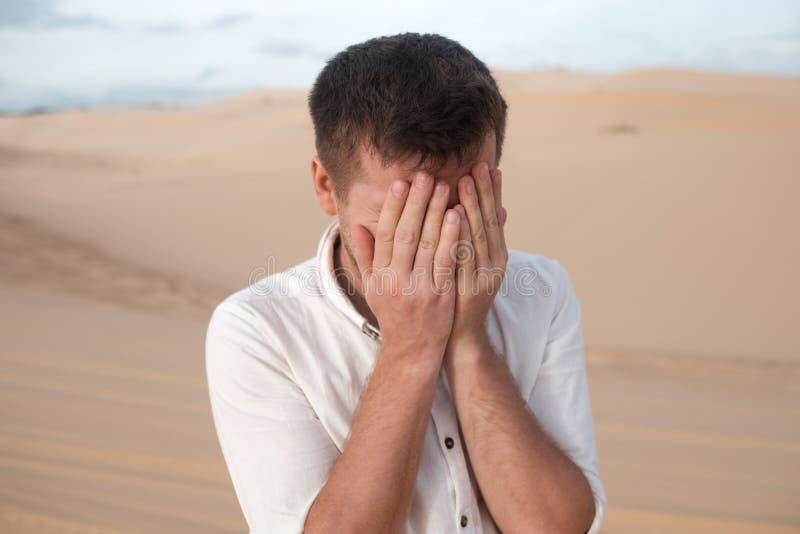 O homem caucasiano fecha as mãos cansados dos olhos foto de stock