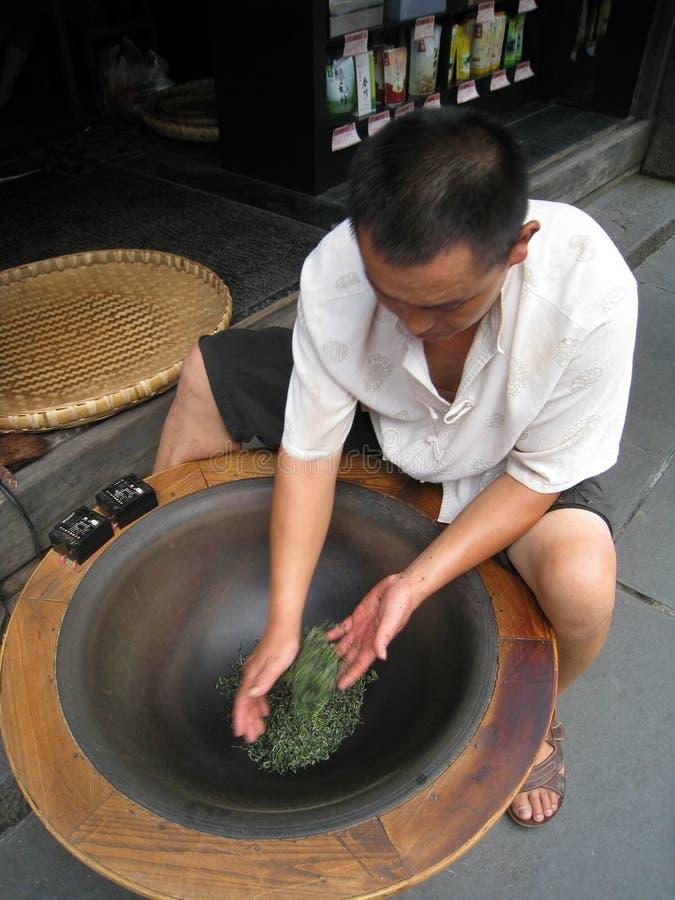 O homem chinês está fazendo o chá fotografia de stock