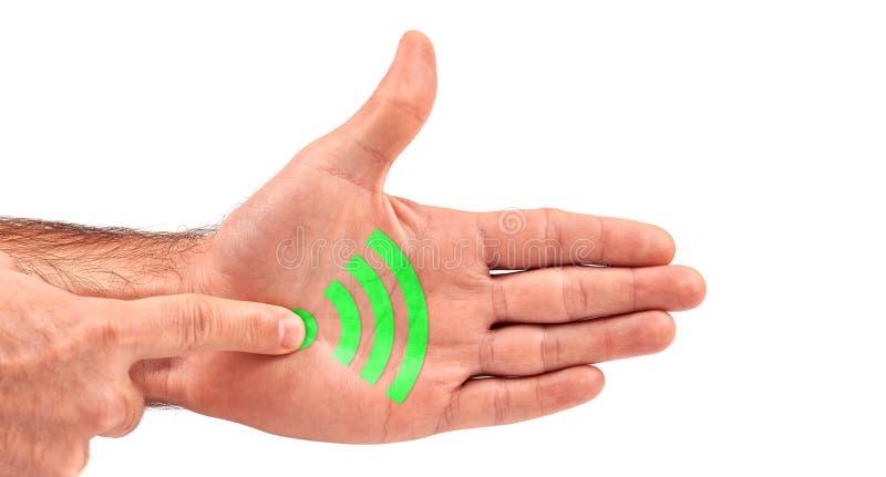 O homem clica o botão de WiFi em sua palma aberta fotografia de stock royalty free