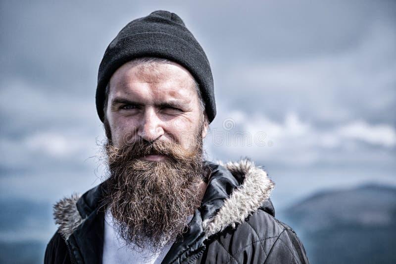 O homem com barba e o bigode longos veste o chapéu O moderno na cara restrita com barba olha brutalmente ao caminhar masculinity imagens de stock royalty free