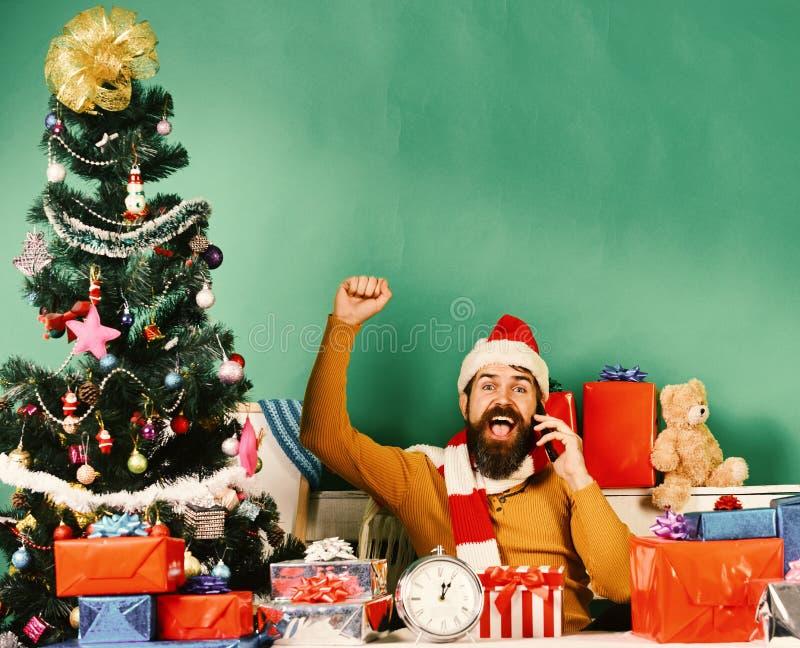 O homem com barba e a cara alegre envia cumprimentos fotografia de stock royalty free