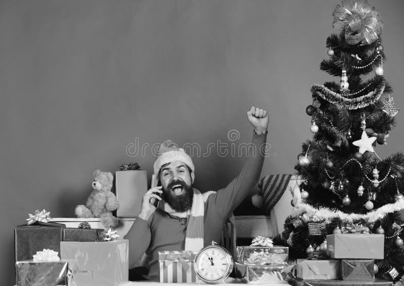 O homem com barba e a cara alegre envia cumprimentos fotos de stock
