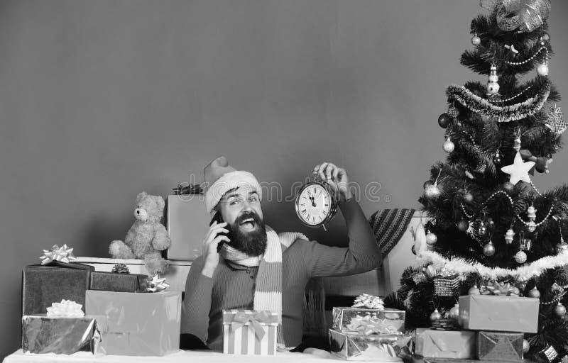 O homem com barba e a cara feliz envia cumprimentos no feriado fotos de stock