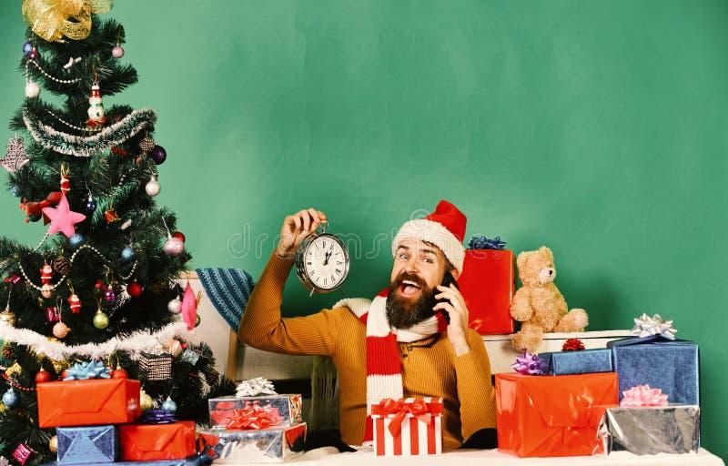 O homem com barba e a cara feliz envia cumprimentos no feriado fotos de stock royalty free
